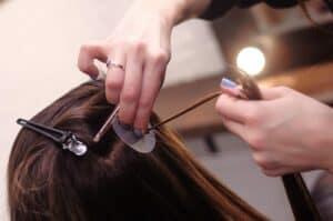 капсульное наращивание волос в процессе работы